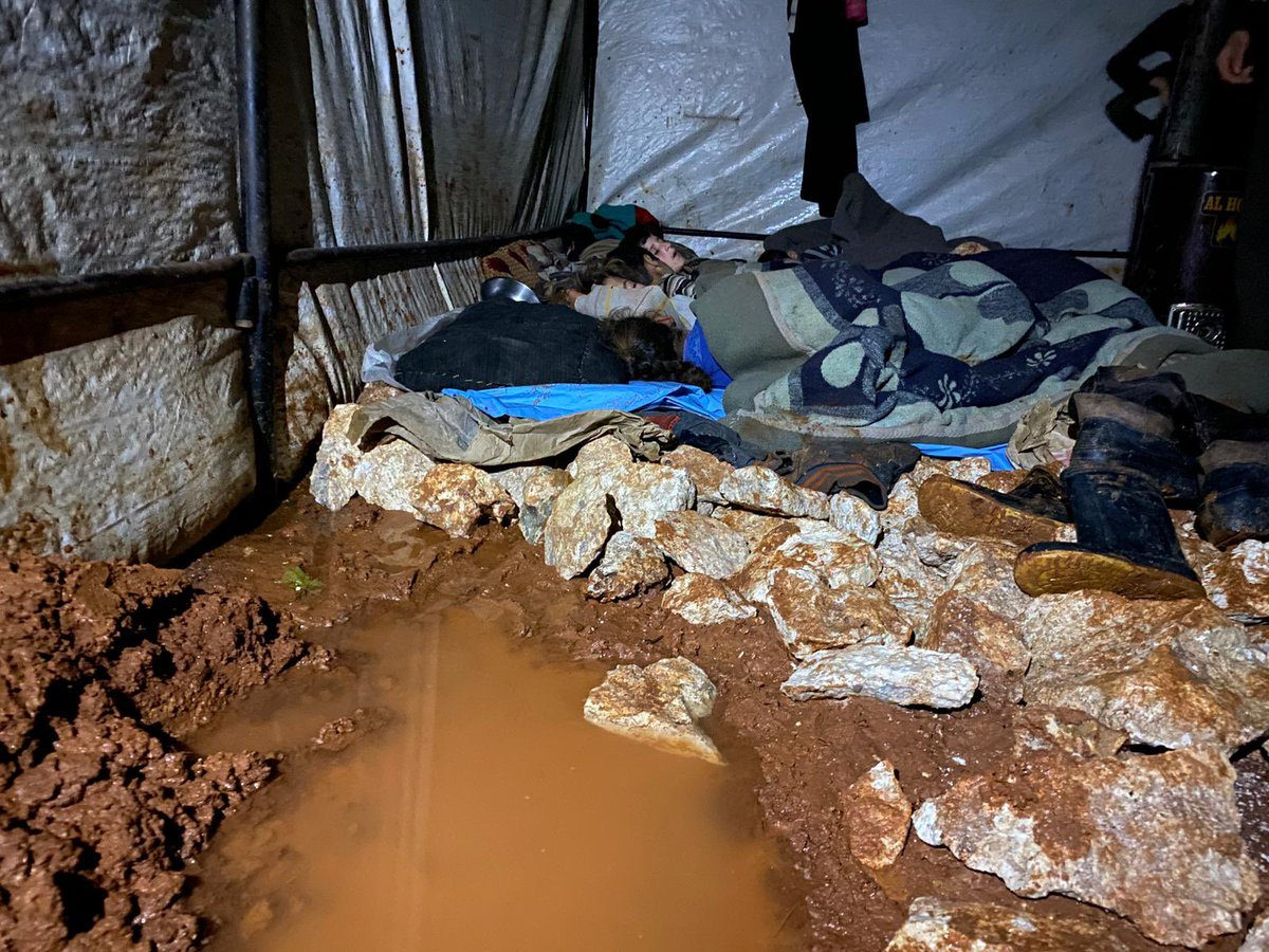 This is the horrific situation of thousands of children now in the IDP camps in #Syria. Their conditions are dire & the waters are besieging them from everywhere, as a result of torrential rains. #WhiteHelmets are doubling their efforts to reach all civilians as fast as possible.