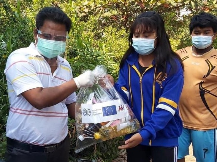 Migrant workers & their families in Samut Sakhon are badly hit by COVID-19. Basic food & household items supported by the Ship to Shore Rights SE Asia programme provide some relief during difficult times. See  @eu_eeas @ILO @IOMAsiaPacific @UNDPasiapacnew