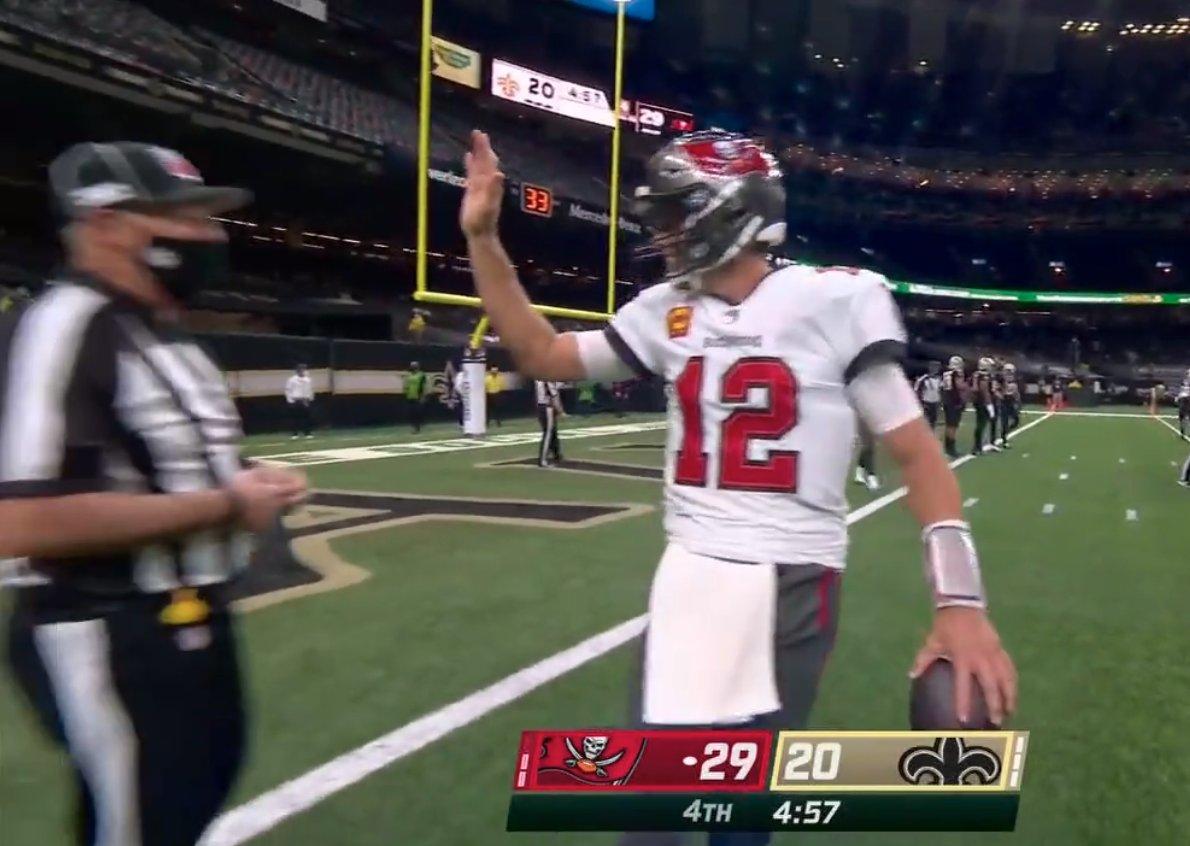 Tom Brady tried to high-five the ref 😅