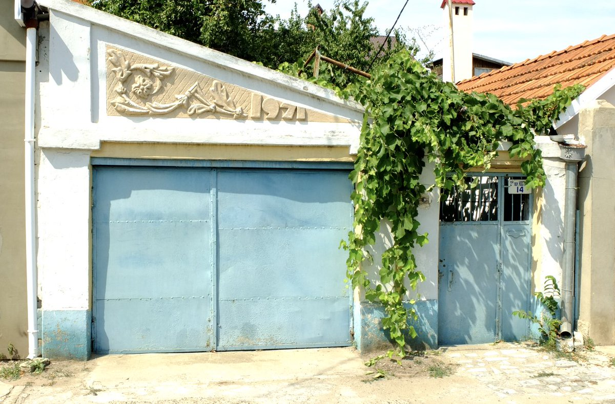 @GrimArtGroup A grim look back on #Soviet enthusiasm for symbols - a private garage in #Odessa #Ukraine #photography by @doinggeography