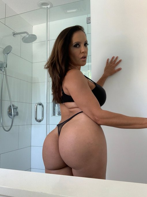 My live show was amazing! Come chat with me at https://t.co/iTDLEjiOgs and lets continue the fun! https://t