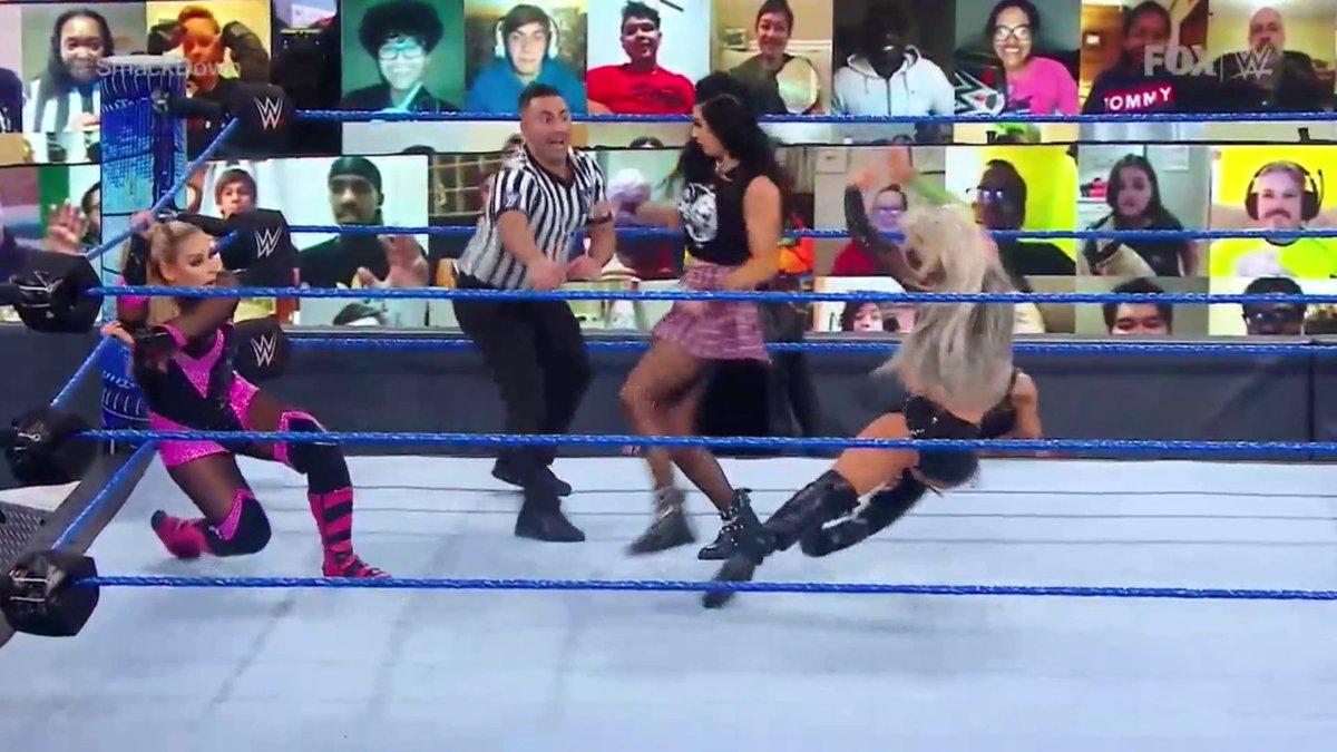 Si no ayudas, por lo menos no estorbes... Billie Kay le arruinó la noche a su equipo.   #WWEenFD #SmackDown