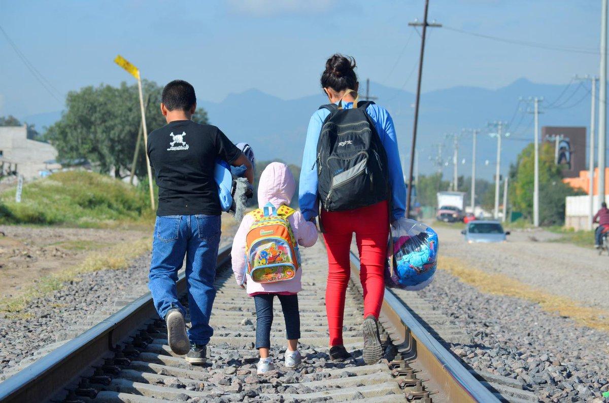 Los niños y niñas migrantes tienen necesidades y derechos específicos; deben recibir atención y protección en todo momento.   Solicitamos a las autoridades de ambos lados de la frontera que siempre tengan en cuenta el interés superior del niño.  #AnteTodoSonNiños