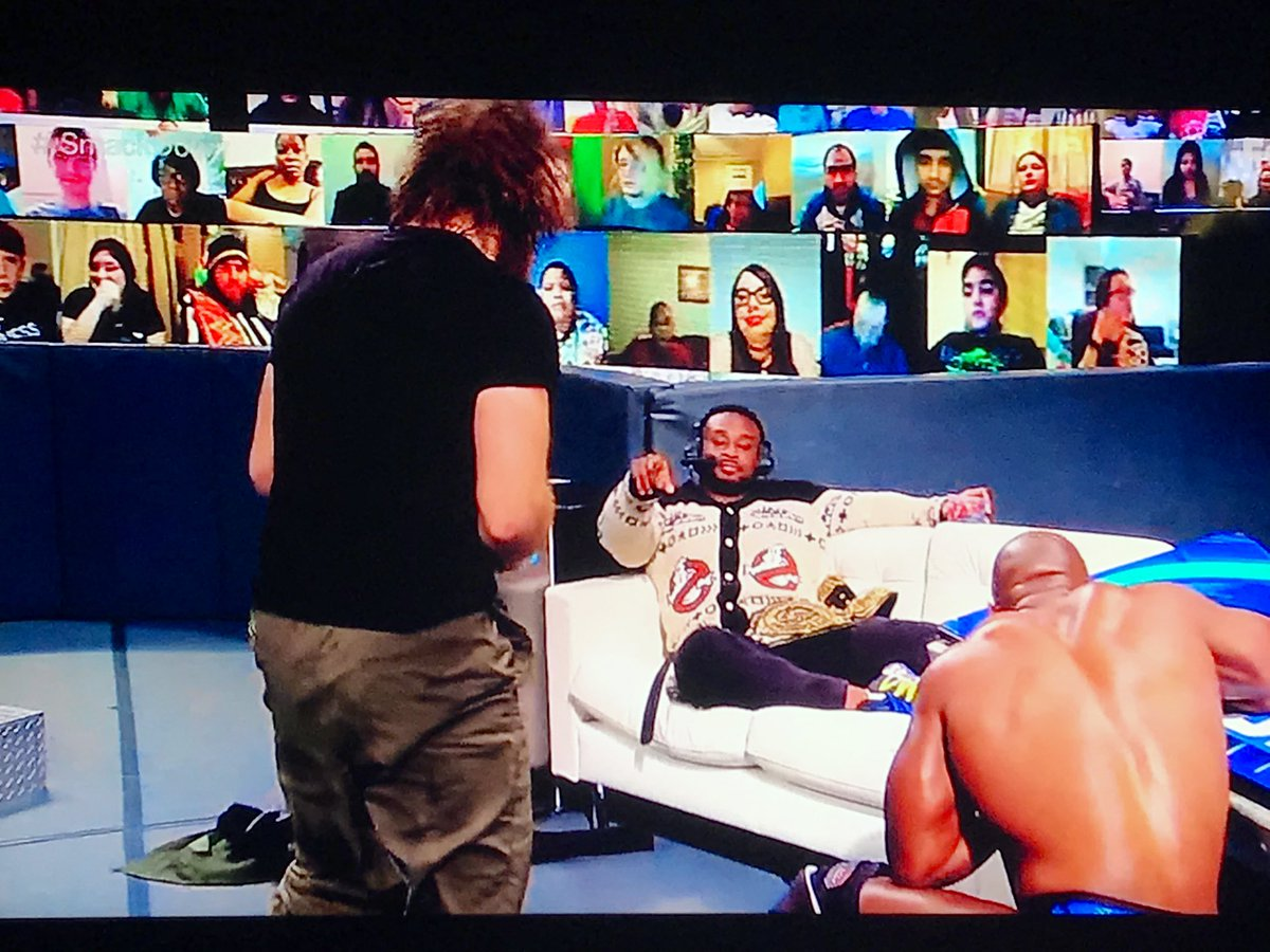 @WWEBigE relaxing on a sofa on ringside commentary got me #SmackDown