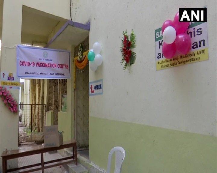 देशभर में आज से शुरू हो रहे वैक्सीनेशन कार्यक्रम से पहले हैदराबाद के नामपल्ली इलाके के कोविड-19 वैक्सीनेशन सेंटर को सजाया गया है। देश में आज 3,006 साइट पर वैक्सीनेशन किया जाएगा। #COVID19