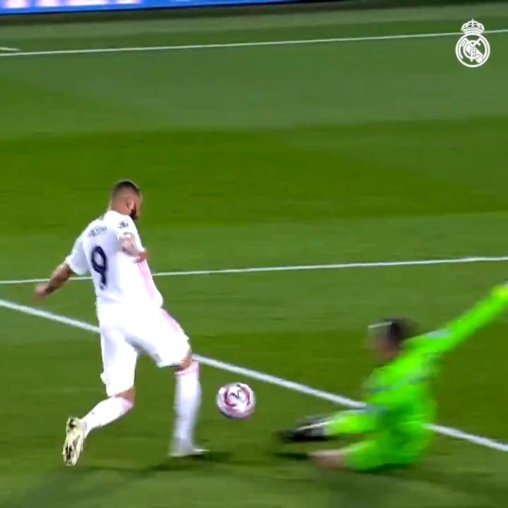 🎯⚽ ¡Karim @Benzema ya lleva 13 goles en 22 partidos! 📺 MÍRALOS TODOS:  #HalaMadrid