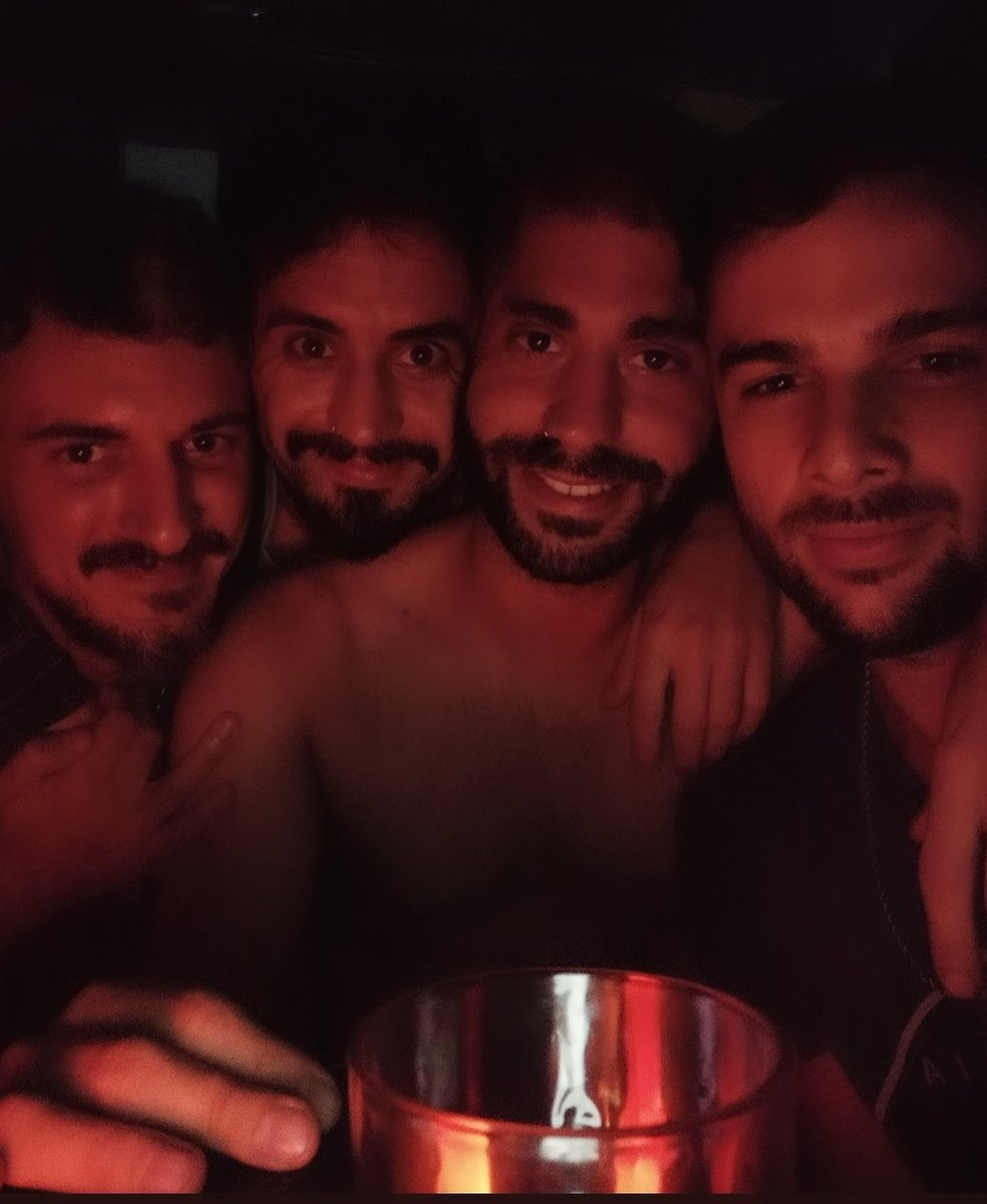 En las puertas del infierno, con la llama en la mirada 🔥 @vulneramax  @agumonscamander  @tatavillagra1  @ivanpelle09   #night #AlertaRoja #DiablosTwitteros #EsCulpaDelFrutero #summer #Verano2021