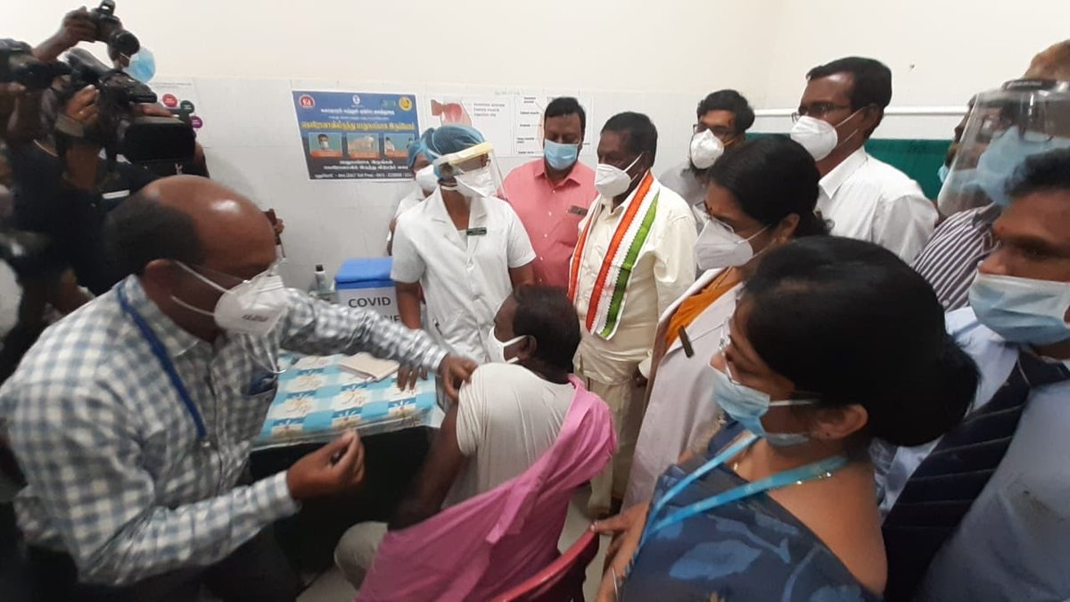 COVID vaccine being administered to a health worker in the presence of Chief Minister of #Puducherry, V. Narayanasamy, at the inaugural event of the #COVID19 Vaccination Campaign at Rajiv Gandhi Government Women and Children Hospital, Puducherry.