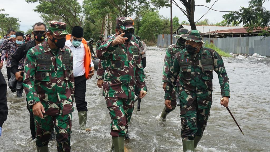 Panglima TNI Terjun Langsung Tinjau Banjir Kalsel dan Serahkan Bantuan Presiden Jokowi Serta 34 Perahu Karet.  #tni #p5tni #puspentni #tnipeduli #tniuntukrakyat
