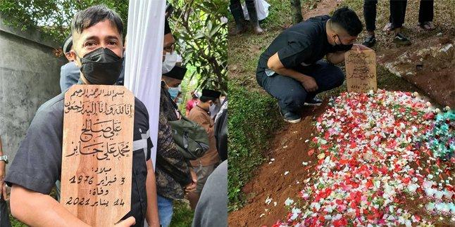 10 Potret Irfan Hakim Ikuti Proses Pemakaman Syekh Ali Jaber, Jadi Orang Terakhir yang Melihat Wajah Mendiang https://t.co/xVG4TplXbU https://t.co/wBlX7REVjw