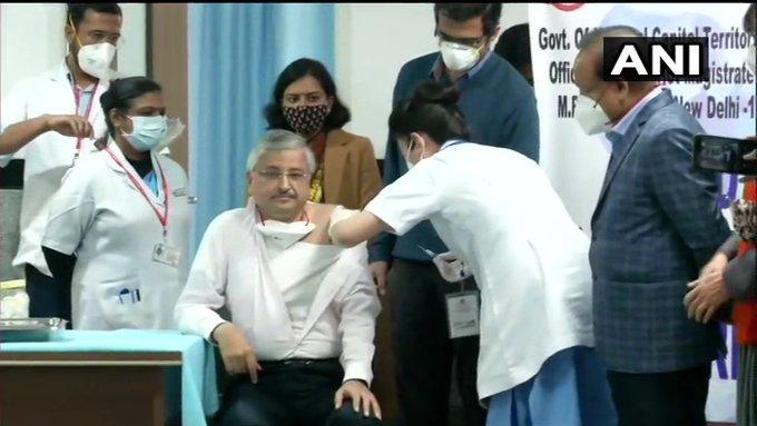 दिल्लीः एम्स के निदेशक रणदीप गुलेरिया ने कोरोना वायरस का टीका लगवाया। इस दौरान केंद्रीय स्वास्थ्य मंत्री @DrHVoffice भी मौजूद रहे। #COVID19   #VaccinationDrive