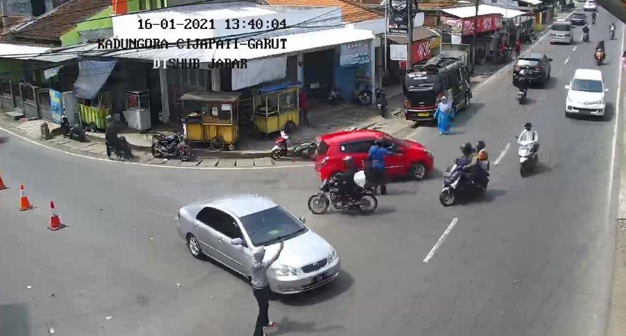 13:40   Pantauan arus lalin terkini di ruas jalan simpang #Kadungora #Cijapati #Garut #LalinJabar #infolalin #infoll #DishubJabar #JujurBerkendara #JujurDiJalan #jagajarak #pakaimasker #cucitangan