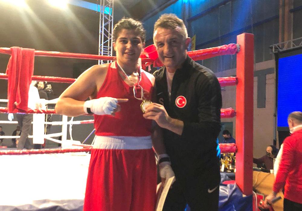 Milli boksörümüz Busenaz Sürmeneli, Sırbistan'ın Sombor şehrinde düzenlenen 10. Nations Cup Uluslararası Boks Turnuvası'nda altın madalya kazandı.  Detaylar👉