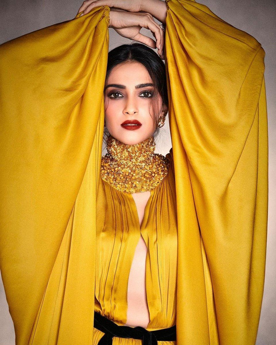 .@sonamakapoor looks breathtaking as she shines through in a mustard yellow outfit 💛 . . #SonamKapoor