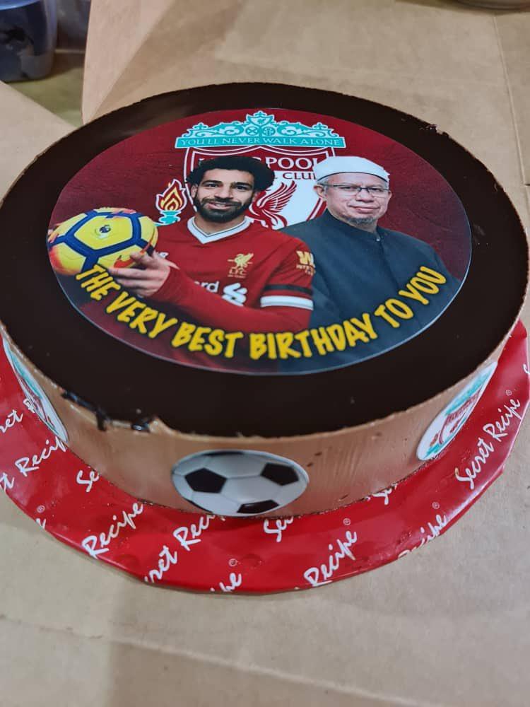 Replying to @drzul_albakri: Kejutan kek hari lahir daripada isteri. 😄