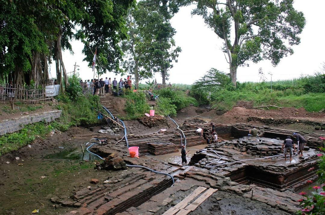 Pentirtaan Kuno yang diperkirakan dari abad ke 10-12 ditemukan di Desa Kesamben, Jombang, Jawa Timur. 📸 By Hilmar Farid Direktur Jenderal Kebudayaan Kemendikbud