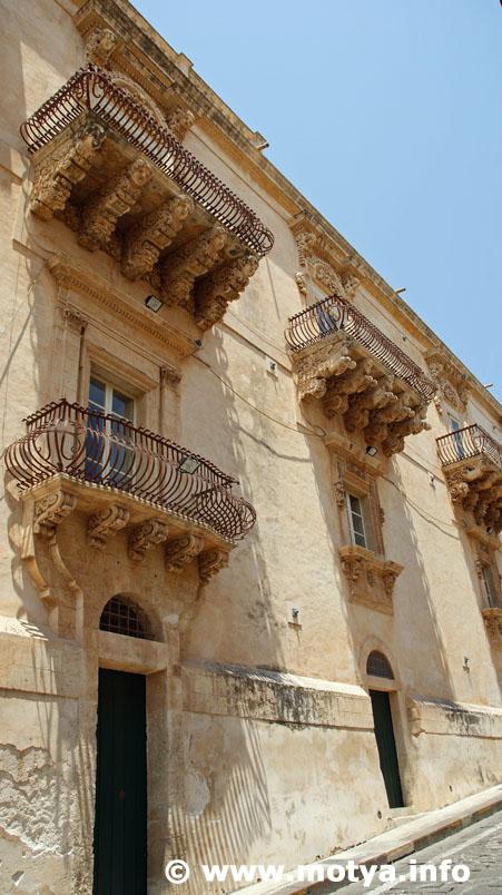 Replying to @Motyainfo: Sicilian Baroque  Noto, Palazzo Nicolaci di Villadorata..  #sicily #sicilia