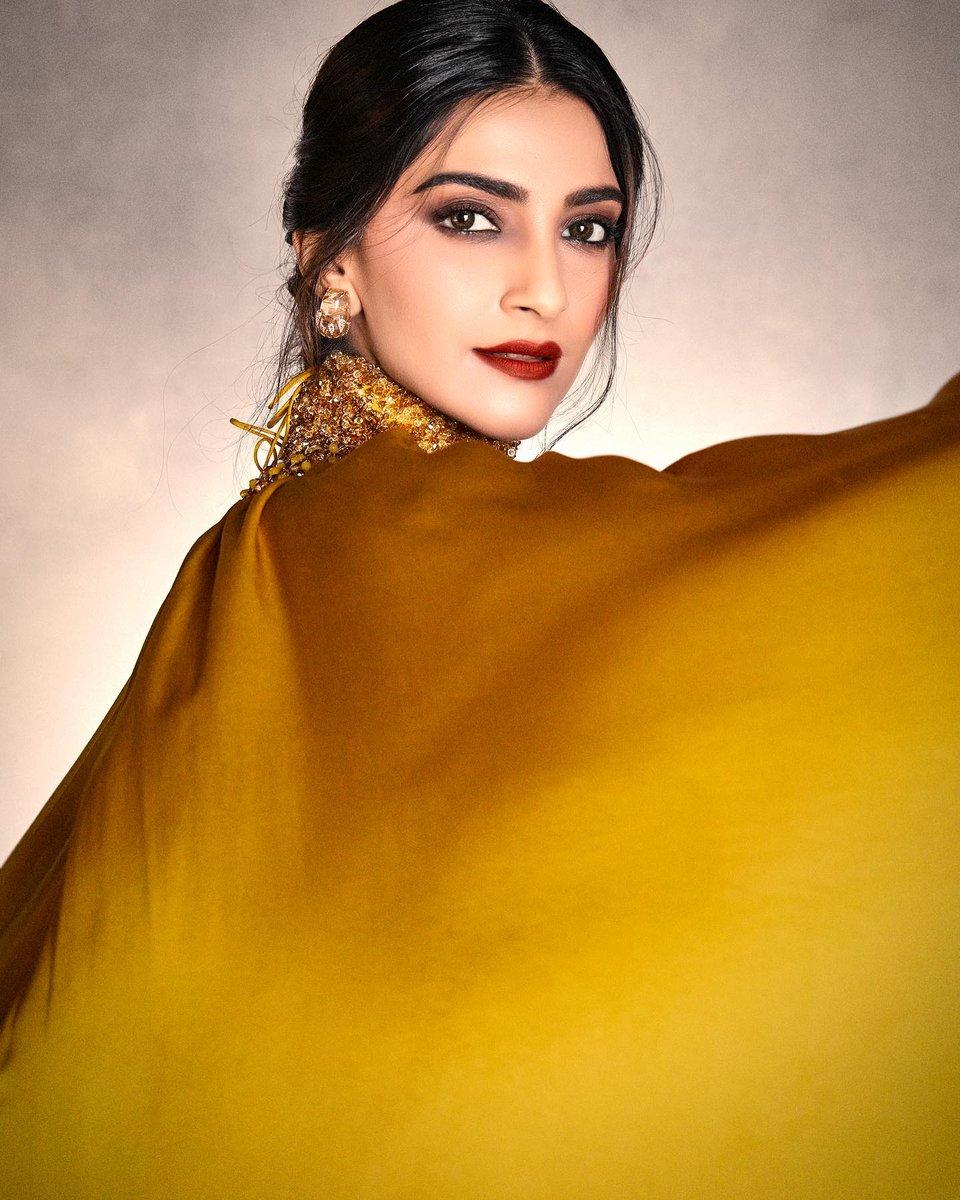 #SonamKapoor glitters as gold  @sonamakapoor