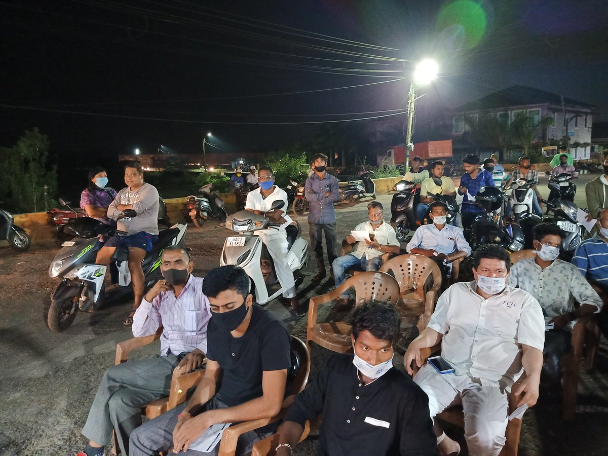 Motorists in Guirim stop by to listen to @raghav_chadha in day 2 of #VeezAndolan