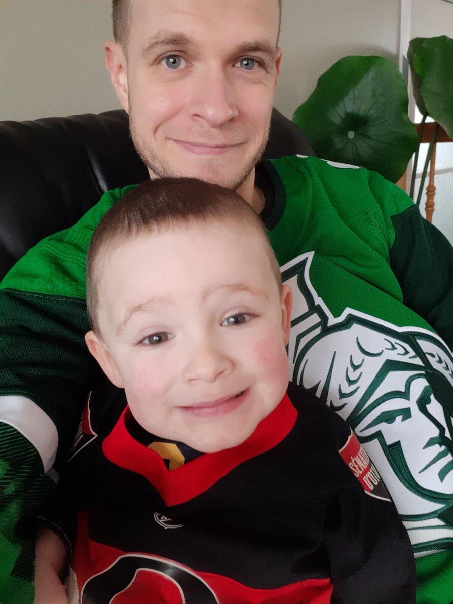 Une reprise de match à 8h30 c'est parfait pour un petit bonhomme qui se couche très tôt!! Merci @RDSca ! @Senators #PapaEtFiston #NHLisBack
