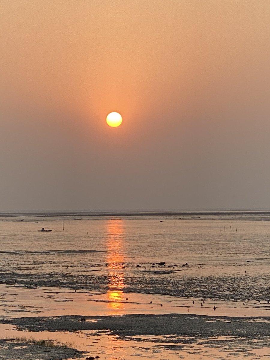 美麗的夕陽即將來到!  #ansonblack #iphonex #taiwan #iphone #台灣 #日落 #greatview #sky #sunset #travel #face_of_the_earth #haven #movetofuture #travelblogger #travelphotography #clouds #beach #旅行 #旅人