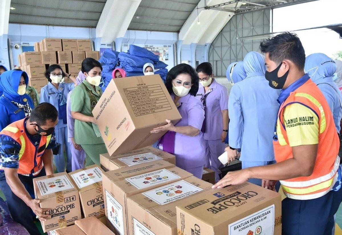 Ketua Umum Dharma Pertiwi  menyalurkan bantuan untuk korban bencana alam banjir di Kalimantan Selatan dan korban bencana gempa bumi di Sulawesi Barat.  #tni #dharmapertiwi #dharmapertiwipeduli  #tnipeduli #tniuntukrakyat  #mamuju #majene