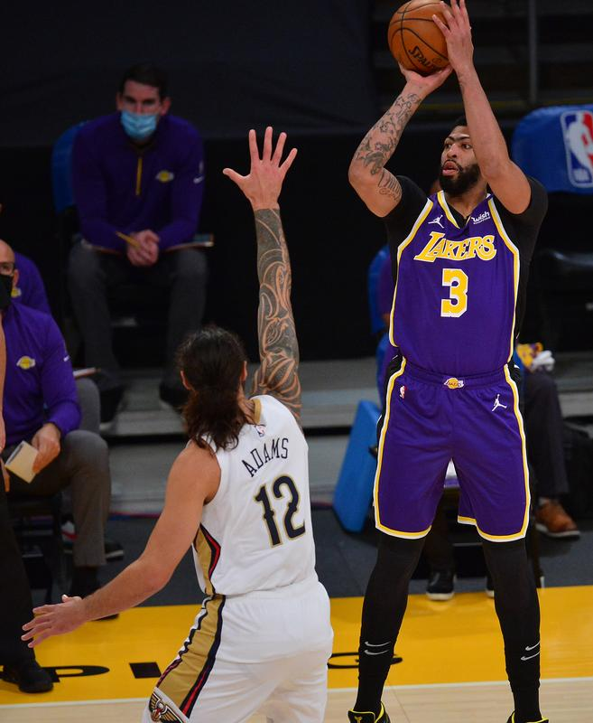 Lakers dominate second half, pull away from Pelicans
