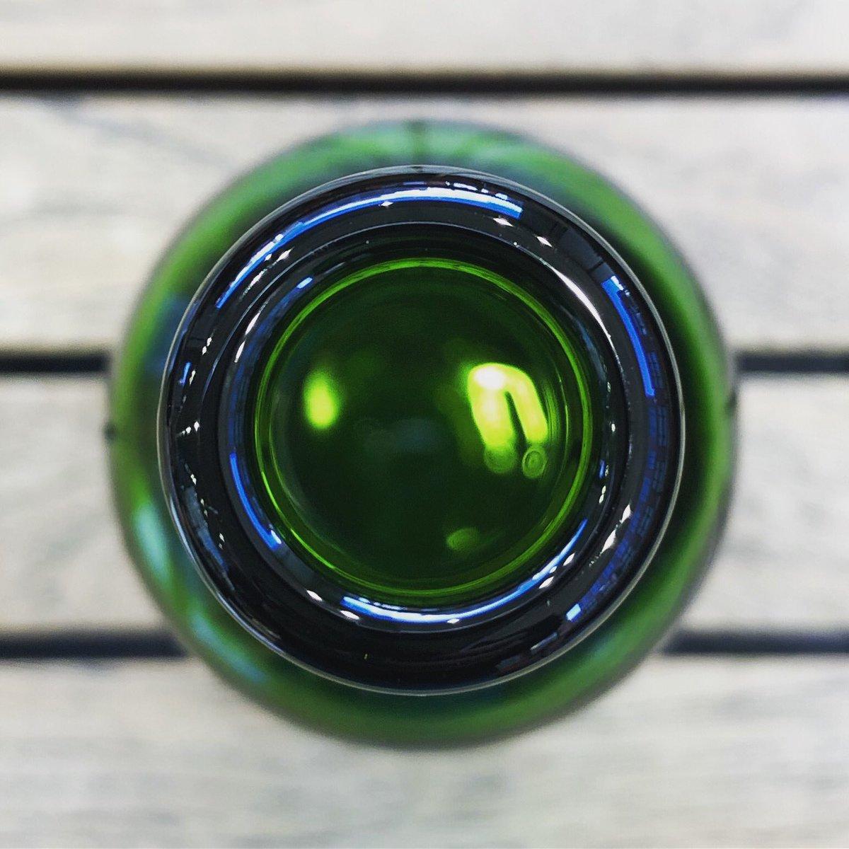 ハートランドの瓶の上からの写真 真上から覗きこむことはないので、なかなか新鮮です  緑が綺麗  #はーとらんど #はーとらんどびーる #heartlandbeer #hertland #ビール大好き #ビール好き #緑 #green #beautiful #cool #lovely #art #photography #beerart #photooftheday #photoshoot #綺麗 #ビール