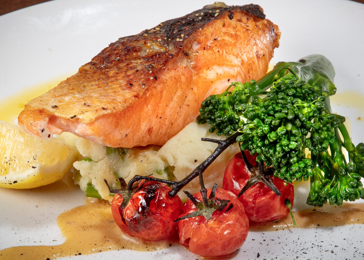 Happy Saturday everyone! Today's menu features Fresh fillet of Salmon oven baked, creamed potato and scallion puree, stem broccoli, lemon & saffron puree blanc!  Order for delivery  #SaturdayMorning #Dublin RT