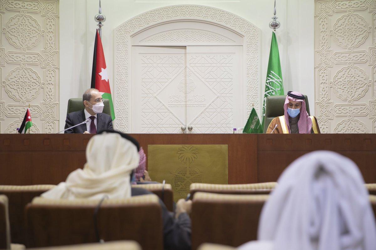 #الرياض | وزير الخارجية الأمير #فيصل_بن_فرحان @FaisalbinFarhan ووزير الخارجية وشؤون المغتربين في المملكة الأردنية الهاشمية أيمن الصفدي @AymanHsafadi يعقدان مؤتمراً صحفياً مشتركاً 🇸🇦🇯🇴