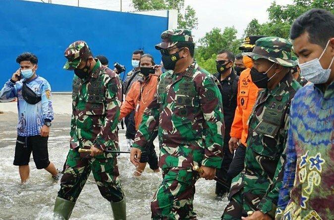@Puspen_TNI : Panglima TNI Marsekal TNI @TjahjantoHadi S.I.P., meninjau langsung lokasi bencana banjir di Kabupaten Tanah Laut Kalimantan Selatan, Sabtu (16/01/2021).  #tni #p5tni #puspentni #tnipeduli #TNIuntukrakyat #kalsel #banjirkalsel #PrayforKalSel #KalselJugaIndonesia