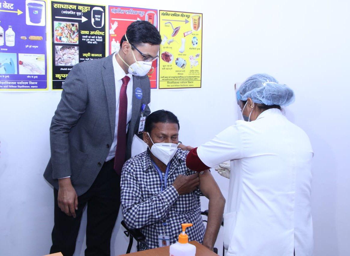 लखनऊ के किंग जॉर्ज मेडिकल यूनिवर्सिटी और बलराम हॉस्पिटल में चल रहे 'टीकाकरण अभियान' को मौक़े पर पहुँच कर देखा और इस अभियान में शामिल फ़्रंटलाइन वर्कर्स का अभिनंदन किया। #largestVaccinationdrive