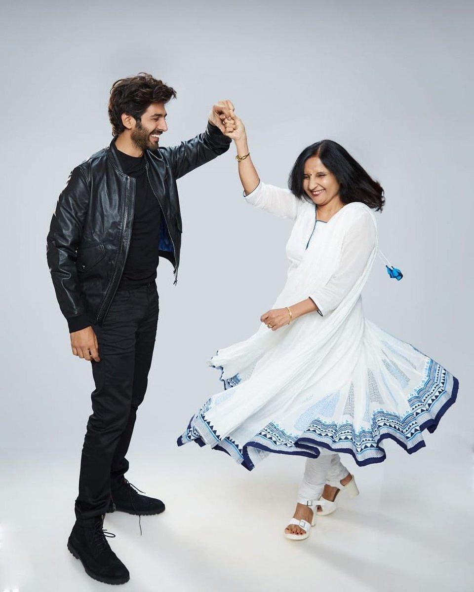 Mamma's boy ❤ @TheAaryanKartik and mom Mala Tiwari are winning hearts with their dreamy picture!  #kartikaaryan https://t.co/e4v03x7JbT