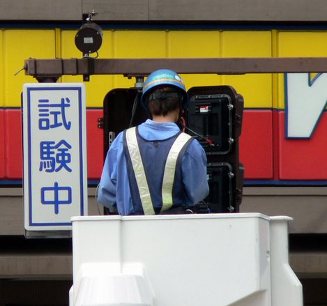 #お前よくぞそんなもん撮ってたな選手権 愛知県名古屋市中村区「笹島」交差点にて。 ちょうど試験用の信号電材製歩灯を設置しているところに出くわす。 現在見られる目盛りが一つずつ減るタイプではなく、赤or青の残り何秒かを数値で表示させる仕様でしたね。  ※2006年9月頃に撮影。現在は撤去済み。