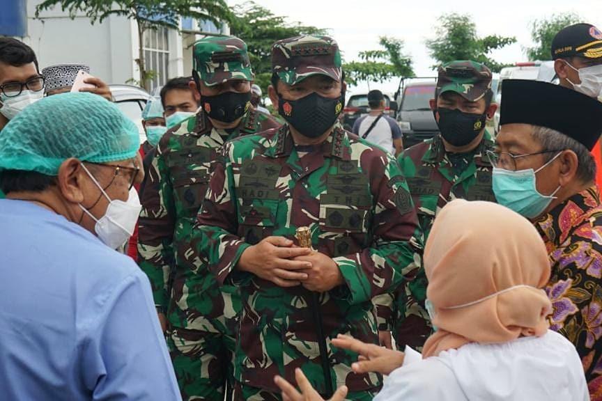 Di Mamuju, Panglima TNI @TjahjantoHadi Tinjau Korban di RSUD Sulbar dan Serahkan Bantuan Presiden Jokowi  #tni #p5tni #tnipeduli #tniuntukrakyat #Mamuju #sulbar