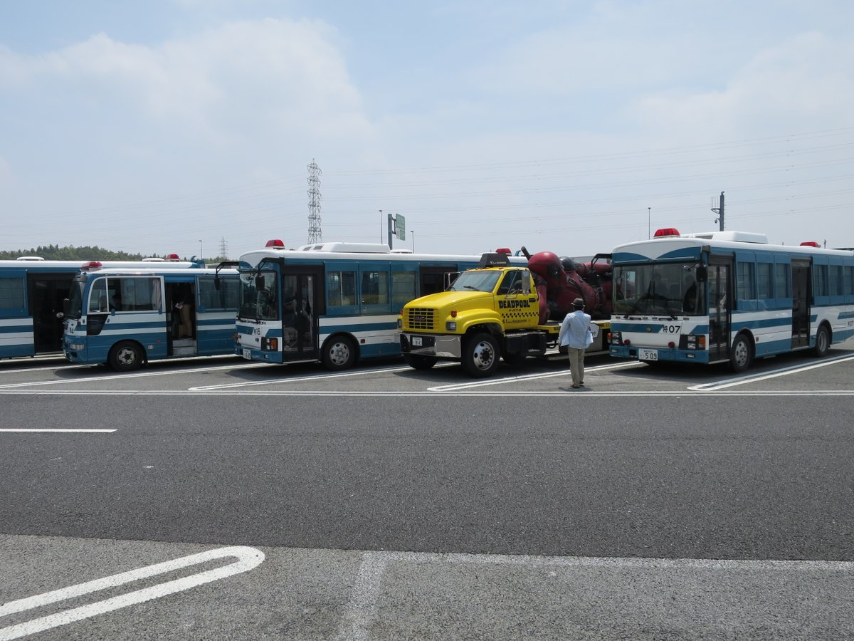 #お前よくぞそんなもん撮ってたな選手権   機動隊のバス集団に紛れ込むデッドプールトラック