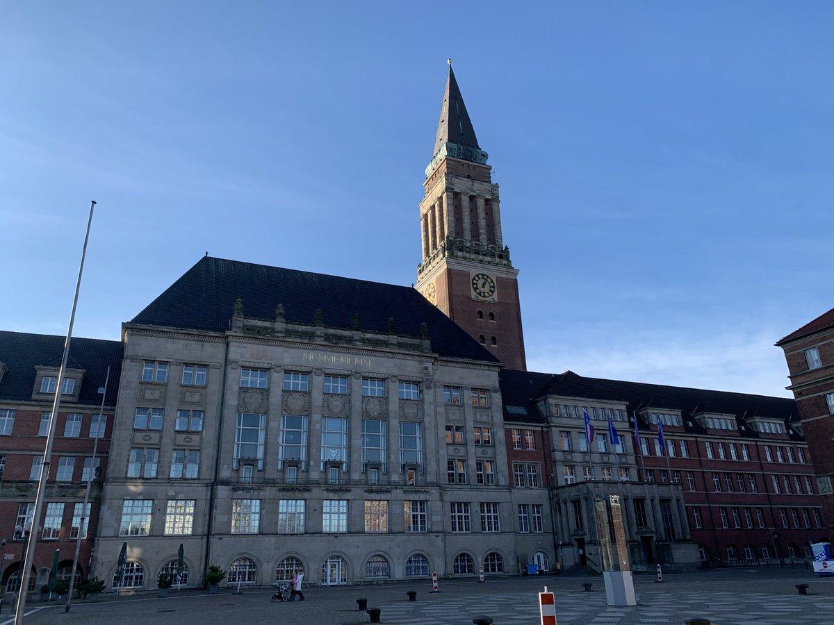 Am Rathaus in #Kiel wehen die Flaggen der #ksv Holstein. Coole Geste nach dem geschichtsträchtigen #dfbpokal spiel #ksvfcb.