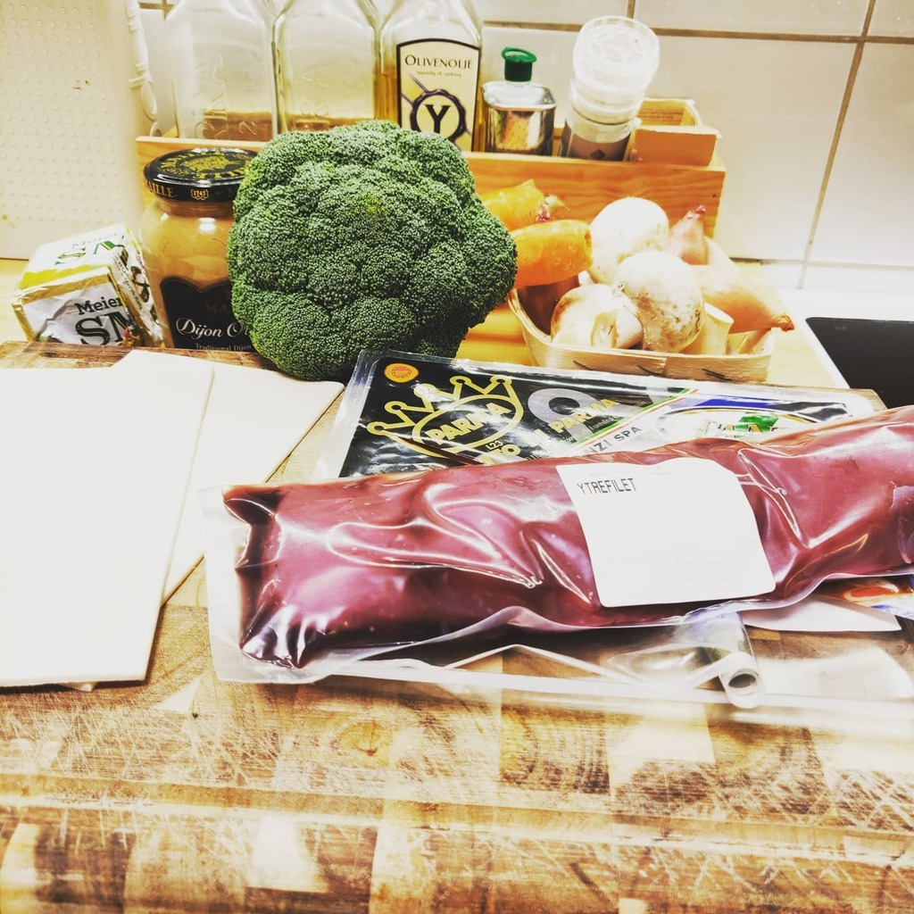 First actual foodstream of 2021 is #live! Finger still healing from a nasty cut, so I better start with something nice and easy. Venison Wellington sounds about right! #staythefuckhome #covid_19 #staythefuckhomeandcook #foodstreaming  #foodie #foodstream… https://t.co/aaTG9WZmIo https://t.co/KHnoVNyqzF