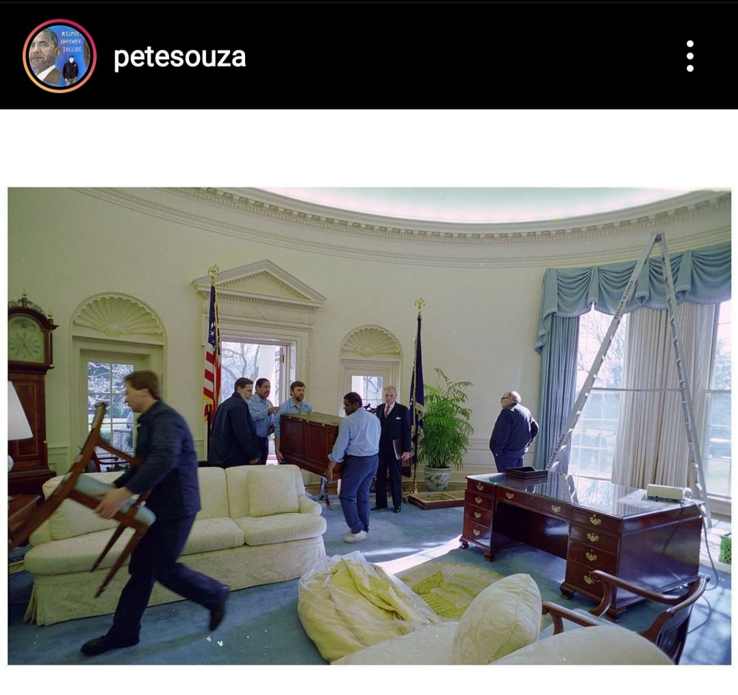 "10 photos d'archives de @PeteSouza sur #Instagram  20.01.1993, le ""C&O desk"" utilisé par George H. W. Bush est remplacé par le traditionnel ""Resolute Desk"". Le ""C&O desk"" fût utilisé une seul fois dans le bureau oval (89-93), Bush le travait plus confortable. #WhiteHouse https://t.co/nwPrrr66Bl"