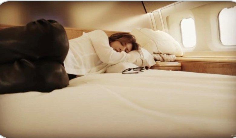 @YoshikiOfficial @YoshikiChannel @YOSHIKI_mobile @ybyyoshiki @yoshikimonojpn @Yoshiki_Staff @yoshikitty @YOSHIKISTORE Tweetの更新 嬉しい💕 それにしても なんと素敵な寝すがた ずっと見ていられます🥰 やっぱ #ガンバ 国の王子様です🤴 24時間仕事態勢の #Yoshiki 王子様にお勧めの睡眠が ございます💕 ちょこちょこ ぐっすり こまめに取るは 如何ですか? 健康でいて下さいね💕 #UnderTheSky https://t.co/xYfw2wX7tM