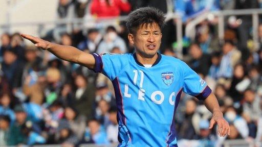 Por si no lo conocen.. Kazuyoshi Miura, es japonés, tiene 53 años y en febrero cumple 54, y anuncio que este año también va a jugar. Juega en el Yokohama FC de la Primera División de Japón.. Crack 👏🏻 https://t.co/FNNpQQQHKY