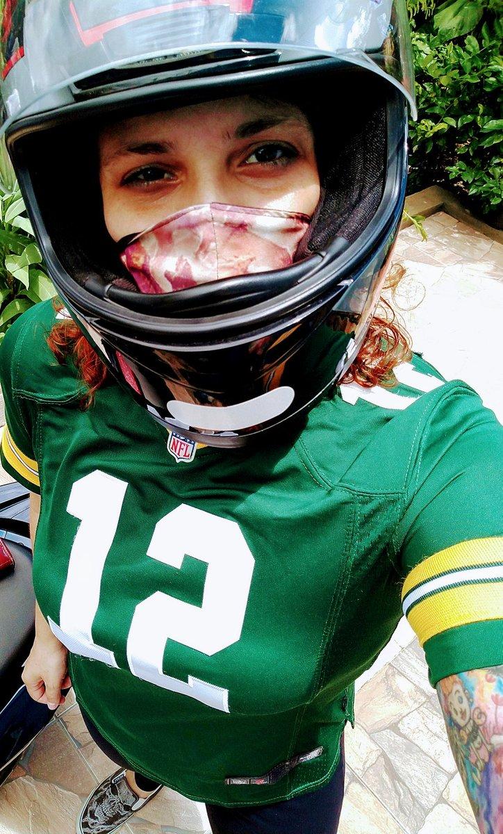 Pegando a motoca e indo ali no mercado em traje de gala pq hj tem! 💚💛  #GoPackGo