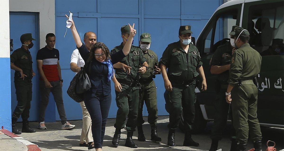 """#الجزائر: واصلت السلطات في 2020 قمع """"الحراك"""" وسجنت المتظاهرين والنشطاء رغم """"وعود"""" الرئيس بانفتاحه على الحوار مع الحراك.  الدستور الجديد يقدم خطابا أقوى بشأن حقوق المرأة، لكنه يقيد حرية التعبير ويقوّض استقلال القضاء. المزيد في تقرير @hrw_ar العالمي:"""