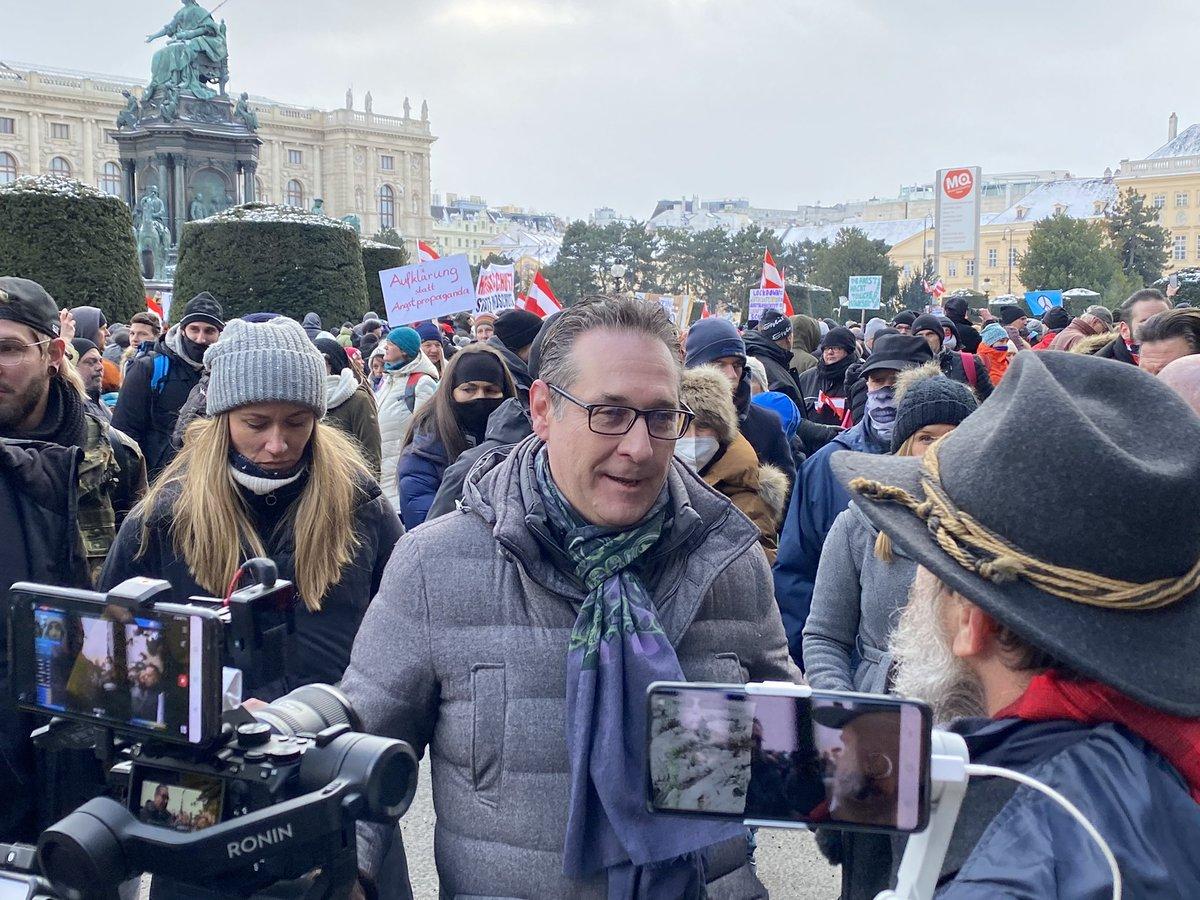 Anti-Corona-Demo mit gut 5000 Menschen in Wien: Eher jüngere Leute; Mix aus Skeptikern, Impfgegnern, Free-Assange-Aktivisten, Anti-5G-Gruppen, Rechtsextremen Verschwörungsanhängern; auch Strache und Sellner waren dort 1