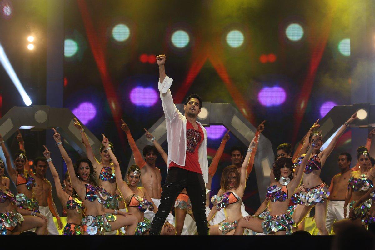 #SidharthMalhotra set the stage on fire with his outstanding performance during the IIFA Awards 2014 in Tampa Bay, Florida! 🕺👏  #HappyBirthdaySidharthMalhotra #IIFA #Bollywood @SidMalhotra