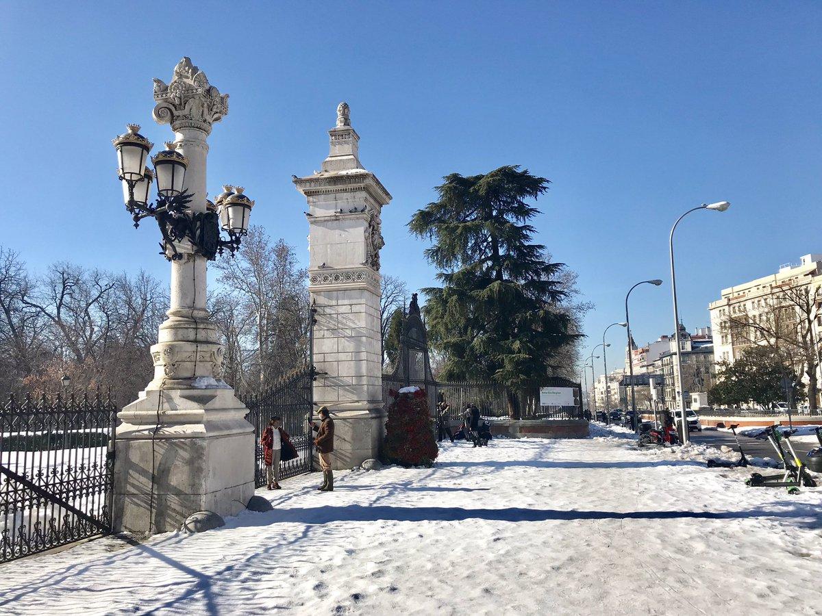 Así estaba hoy el Parque del Retiro. El entorno de la Casita del Pescador aparece idílica bajo la nieve. #Retiro #MadridBajoLaNieve #madrid