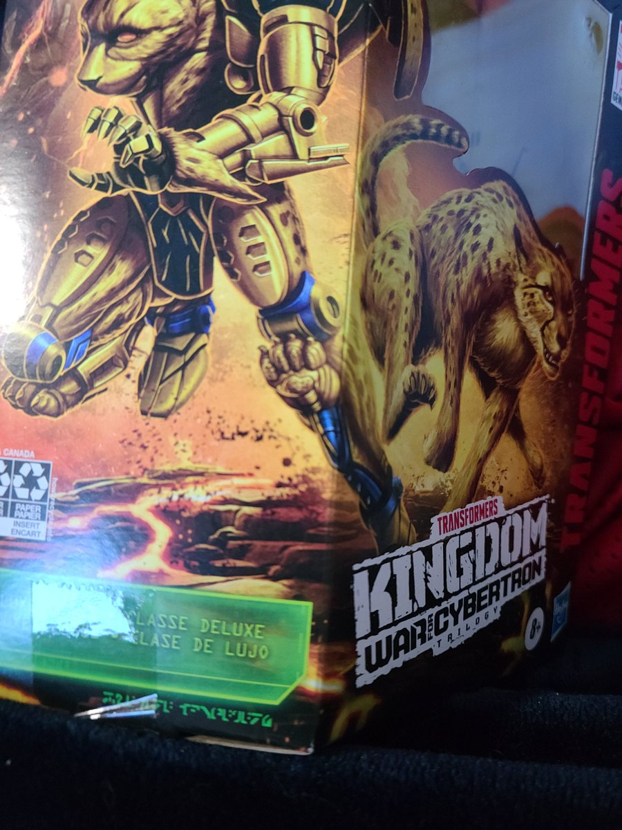 The Kingdom box art is so damn good... but it was teasing me. Cheetor is shown with paw pads on his robot knees but you don't get that on the toy... unless (!) You switch the rear and front paws. This might just be me but I love this toy more now.