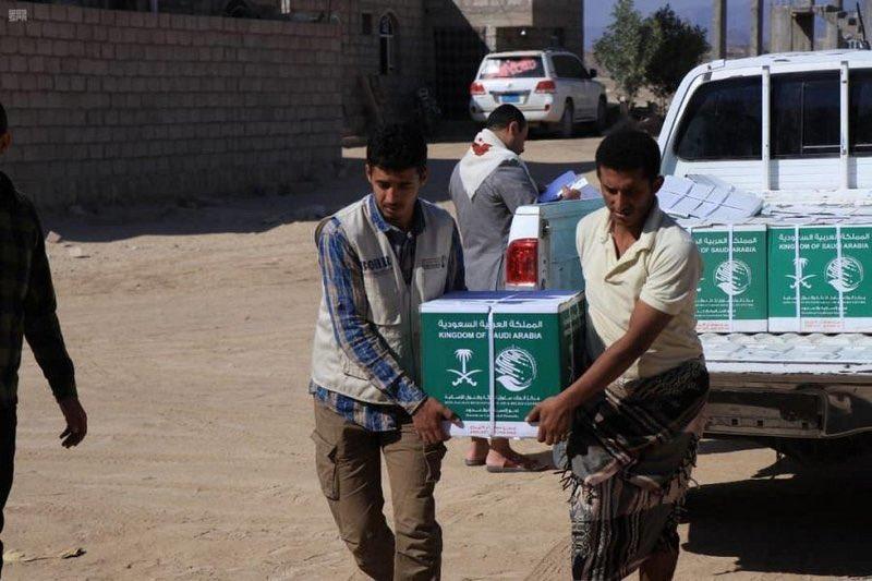 مركز الملك سلمان يقدم 35 طن من السلال الغذائية للنازحين من صعدة إلى مأرب.  -