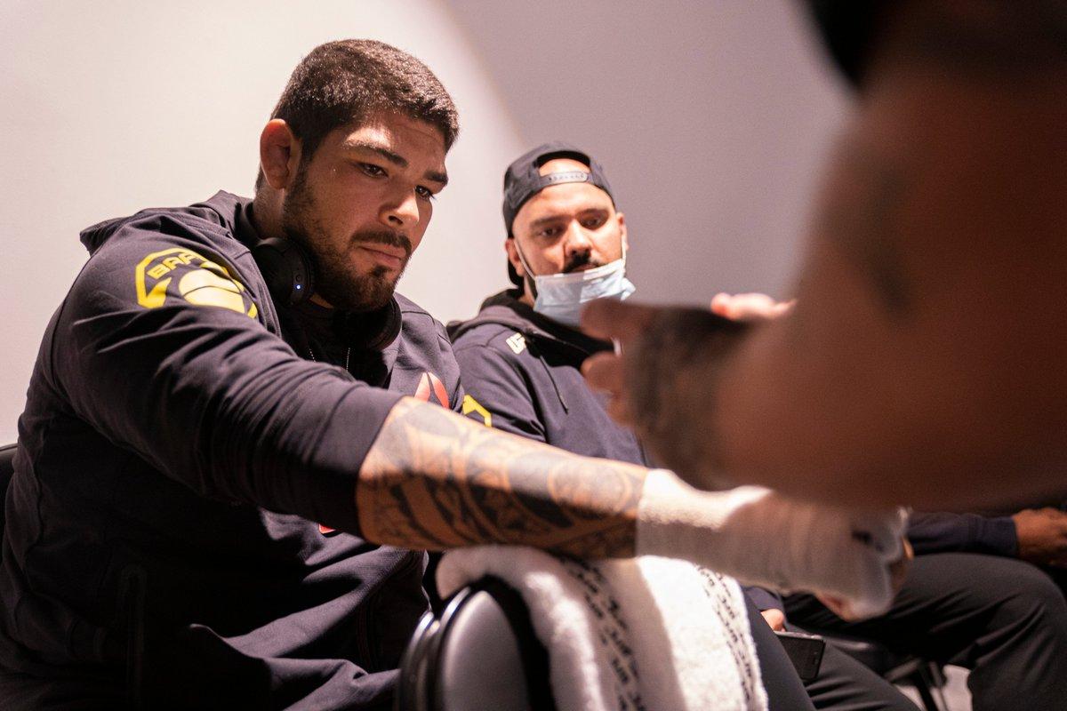 Ele vai em busca da segunda vitória!  Logo mais tem @CarlosBoiMMA 🇧🇷 no octógono do #UFCFightIsland7.  AO VIVO no @canalCombate >>
