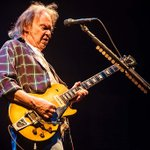 Image for the Tweet beginning: Neil Young vende el 50%